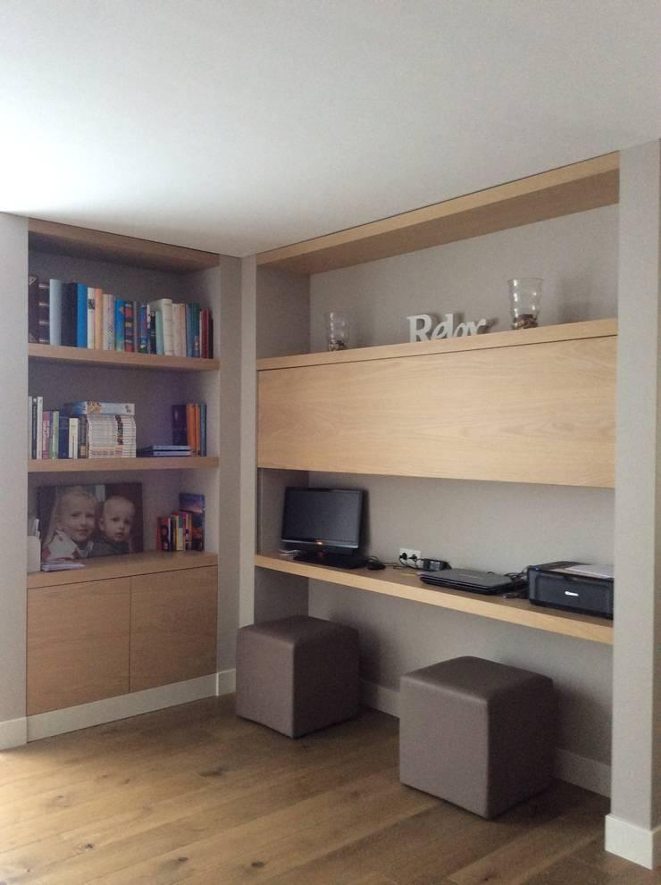 Thuiswerkplek in gebruiksstand in de woonkamer:  Studeerkamer/kantoor door Studio Inside Out