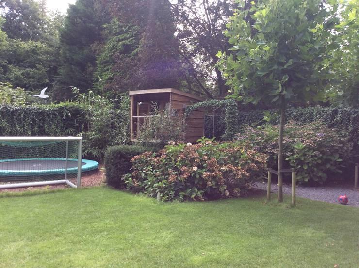 Speeltoestellen en boomhut:  Tuin door Studio Inside Out