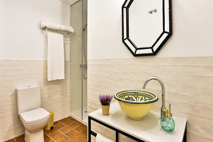 Salle de bain méditerranéenne par StudioBMK Méditerranéen