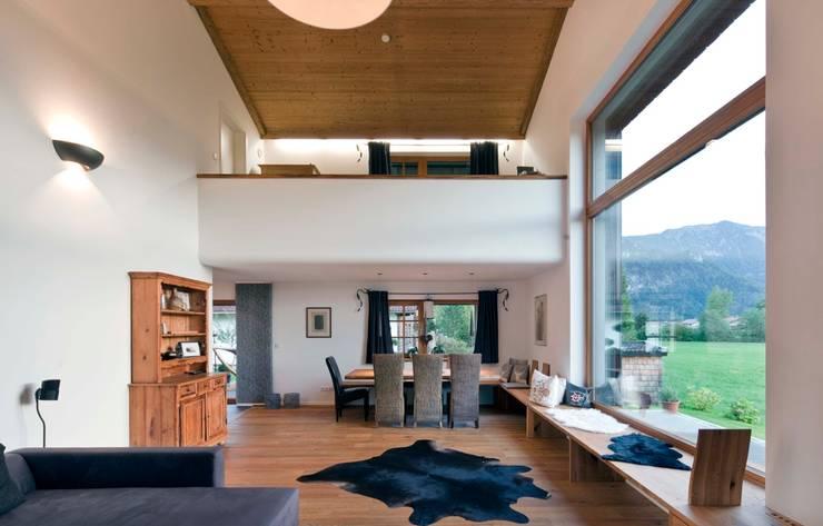 Living room by w. raum Architektur + Innenarchitektur,