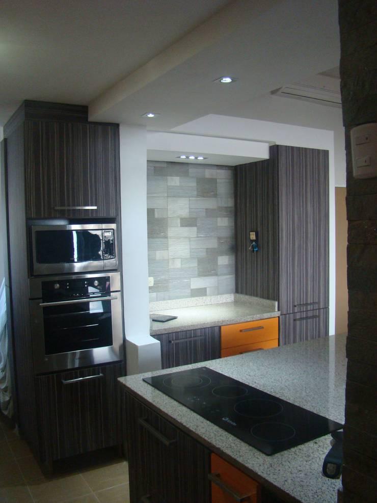 Vista torre de hornos: Cocinas de estilo  por Idearq,