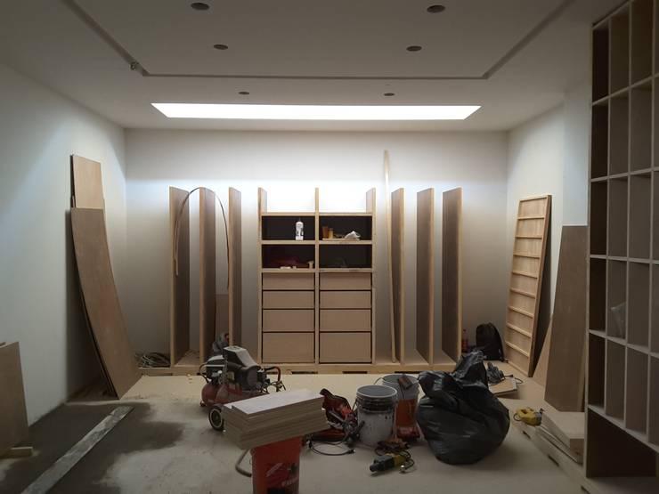 PROYECTO CASA BN: Vestidores y closets de estilo moderno por Lasso Design Studio