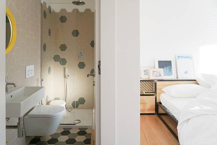 """B&B """"Il Quarto"""": Camera da letto in stile in stile Moderno di studiovert"""