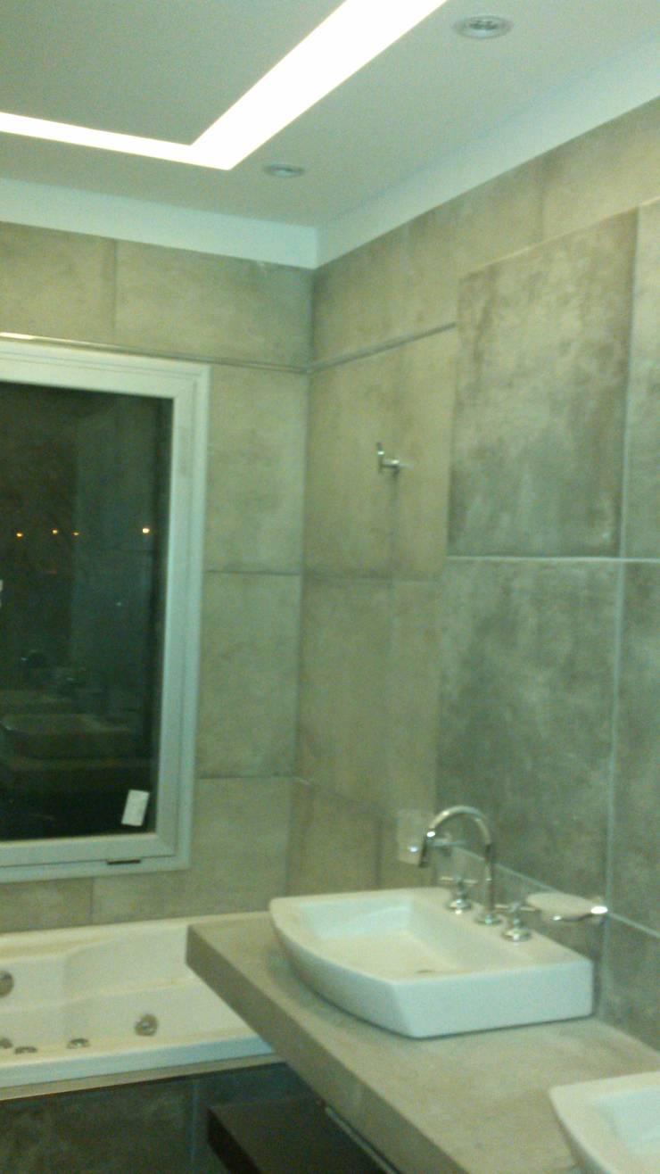 Casa en Barrio Cerrado: Baños de estilo  por Grupo PZ