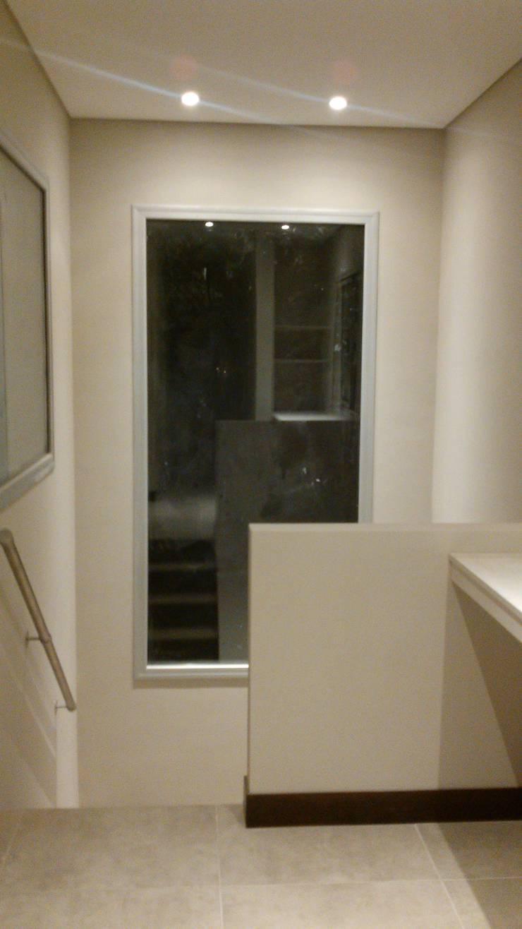 Casa en Barrio Cerrado: Pasillos y recibidores de estilo  por Grupo PZ