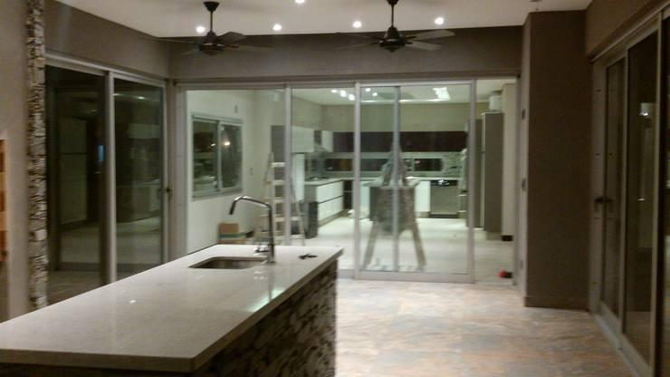 Casa en Barrio Cerrado: Comedores de estilo  por Grupo PZ,Moderno
