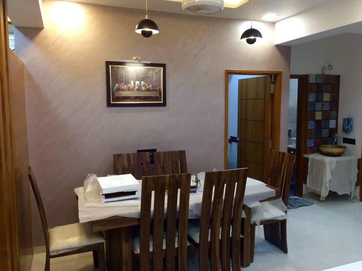 leela palak:  Dining room by Hightieds,Modern