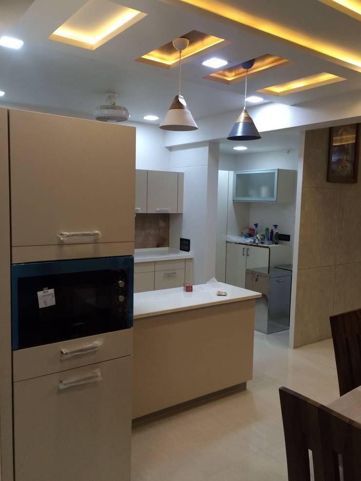 leela palak:  Kitchen by Hightieds,Modern