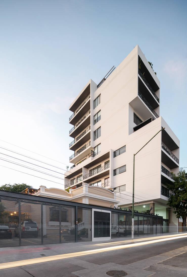 EDIFICIO CASA CORONADO: Casas de estilo  por Trama Arquitectos, Moderno