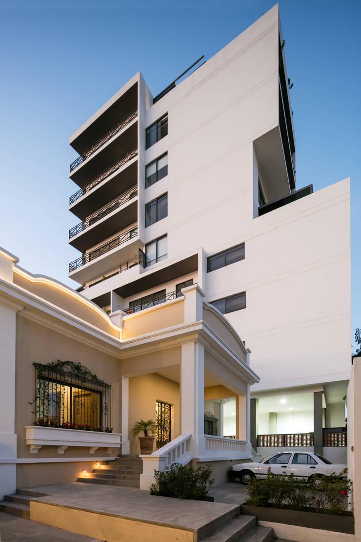 EDIFICIO CASA CORONADO: Casas de estilo  por Trama Arquitectos, Ecléctico