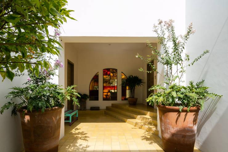 EDIFICIO CASA CORONADO: Pasillos y recibidores de estilo  por Trama Arquitectos, Ecléctico