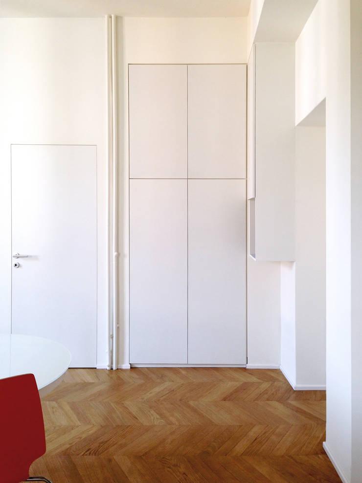Couloir, entrée, escaliers de style  par Atelier delle Verdure,