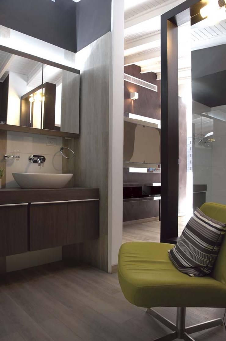Casa 575: Baños de estilo moderno por Arq Renny Molina