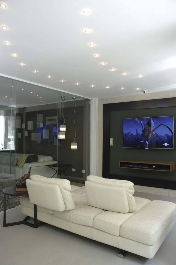 Casa 575: Salas de entretenimiento de estilo moderno por Arq Renny Molina