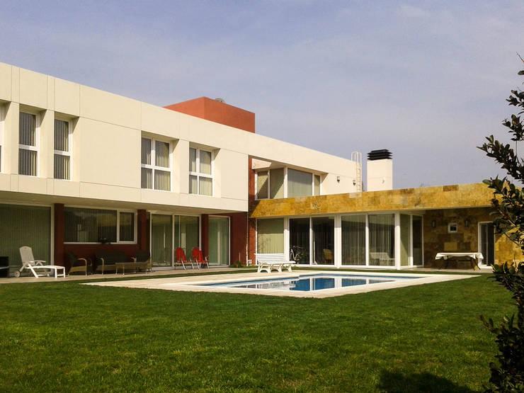 Casa en Rumencó: Casas de estilo  por id:arq