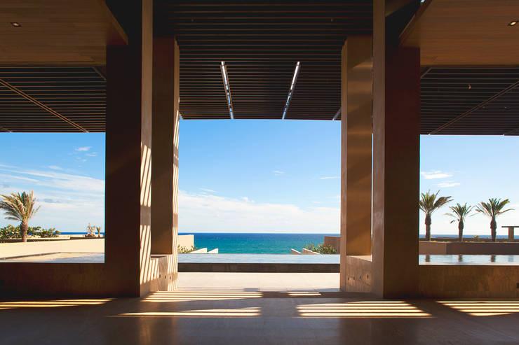 JW Marriott Los Cabos - IDEA Asociados: Pasillos y recibidores de estilo  por IDEA Asociados