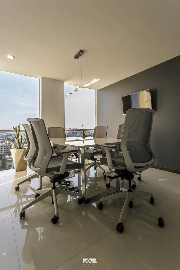 Oficinas Piso 10:  de estilo  por 2M Arquitectura, Moderno