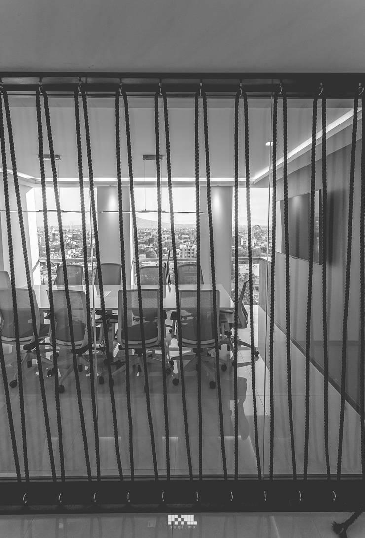 Oficinas Piso 10: Salas multimedia de estilo  por 2M Arquitectura, Moderno