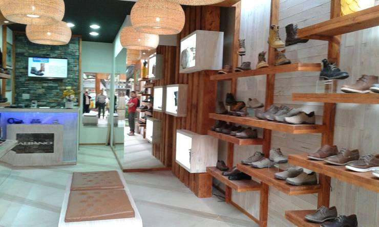 Iñuminacion y repisas: Oficinas y tiendas de estilo  por Mozo Garcia Arquitectos Ltda