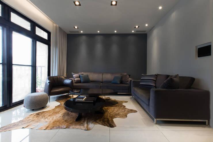 【寬廣的客廳用皮革沙發及地毯襯托】:  室內景觀 by 衍相室內裝修設計有限公司