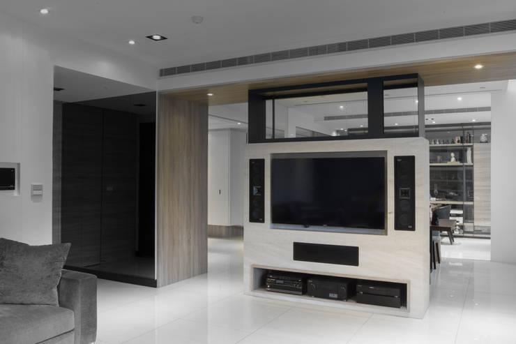 【電視牆以簡潔設計為重點】:  室內景觀 by 衍相室內裝修設計有限公司