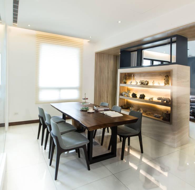 【把空間還給人,善用自然採光及純白營造居家氛圍】:  餐廳 by 衍相室內裝修設計有限公司