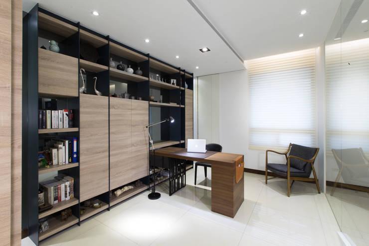 【創造屬於自己的居心地】:  書房/辦公室 by 衍相室內裝修設計有限公司