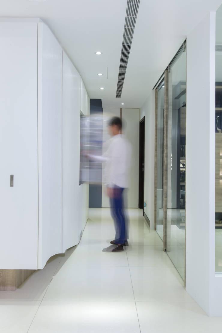 【走道設計也別具巧思】:  室內景觀 by 衍相室內裝修設計有限公司