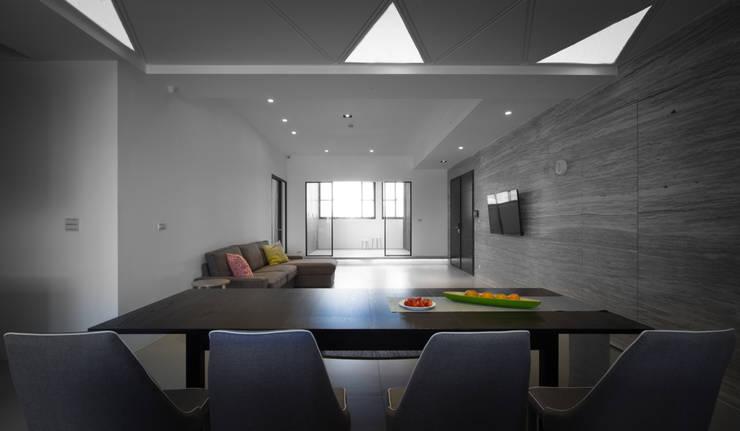 【多變的廚房,是一場美食的饗宴】:  客廳 by 衍相室內裝修設計有限公司