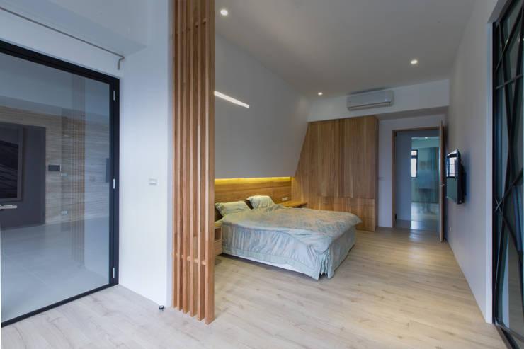 【臥房】:  臥室 by 衍相室內裝修設計有限公司