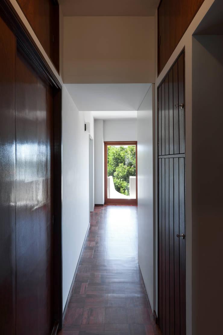 Corridor & hallway by ABPROJECTOS, Classic