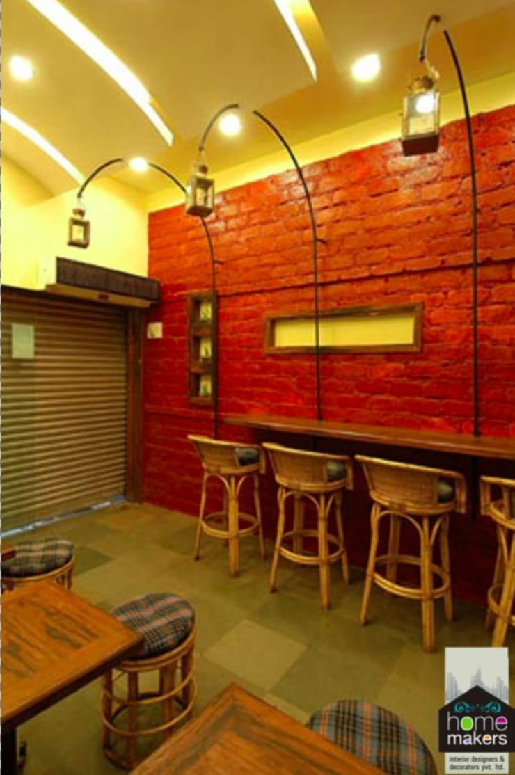 Trendy Café:  Dining room by home makers interior designers & decorators pvt. ltd.