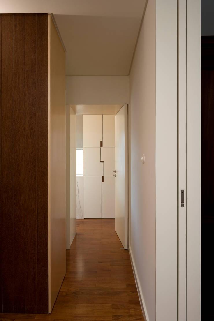 Couloir, entrée, escaliers minimalistes par ABPROJECTOS Minimaliste