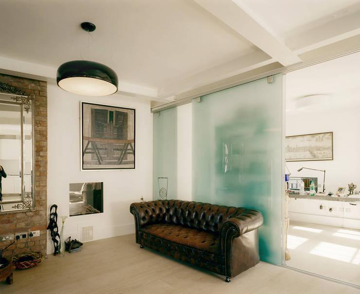 Salas / recibidores de estilo  por Guarnieri Architects