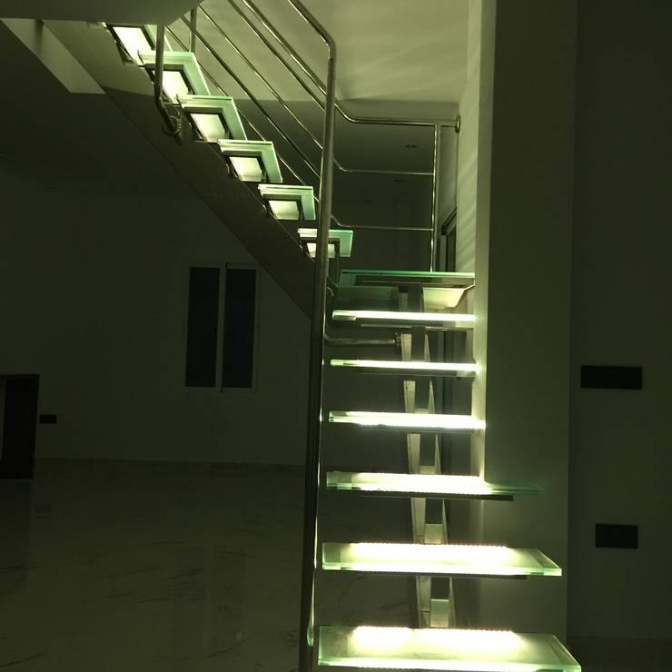 Escalera despues de Proyecto: Dormitorios de estilo  de DECORACIÓN E INTERIORISMO OBRASA