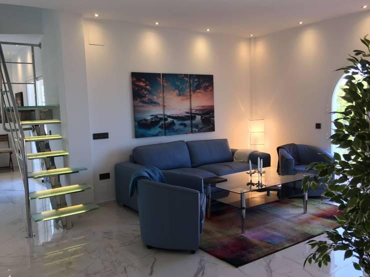 Proyecto Reforma Apartamento Puerto Banus: Salones de estilo  de DECORACIÓN E INTERIORISMO OBRASA