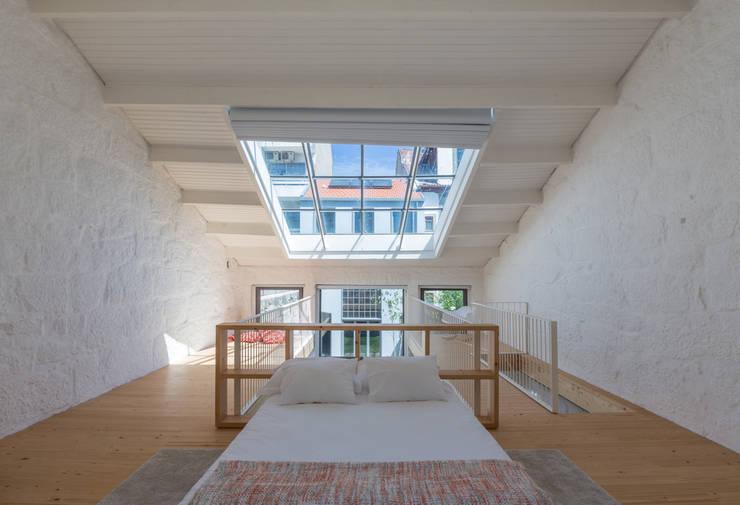 Dormitorios de estilo  por a*l - alexandre loureiro arquitectos