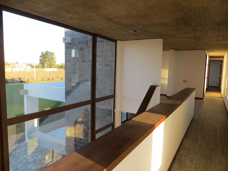 Pasillos y vestíbulos de estilo  por Moreno Wellmann Arquitectos