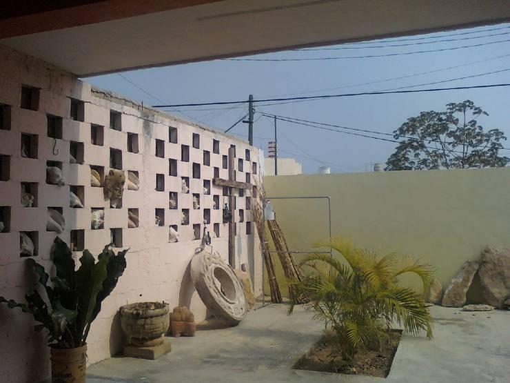 CASA TALLER LUIS NUÑEZ: Centros de exhibiciones de estilo  por Ecourbanismo, Colonial