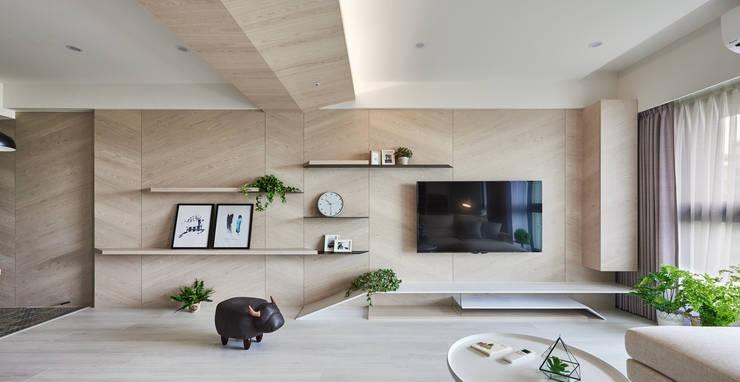 K-HOUSE:  客廳 by 思維空間設計
