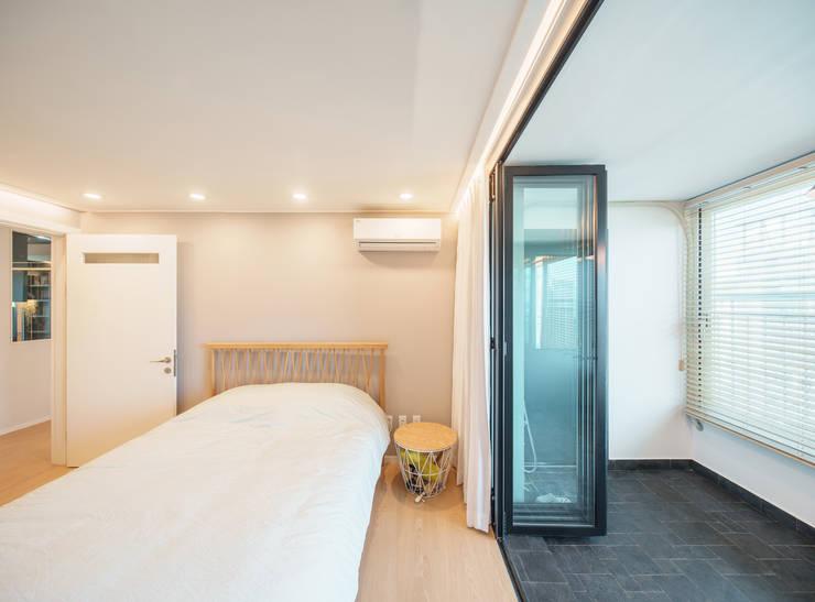 modern Bedroom by ARA