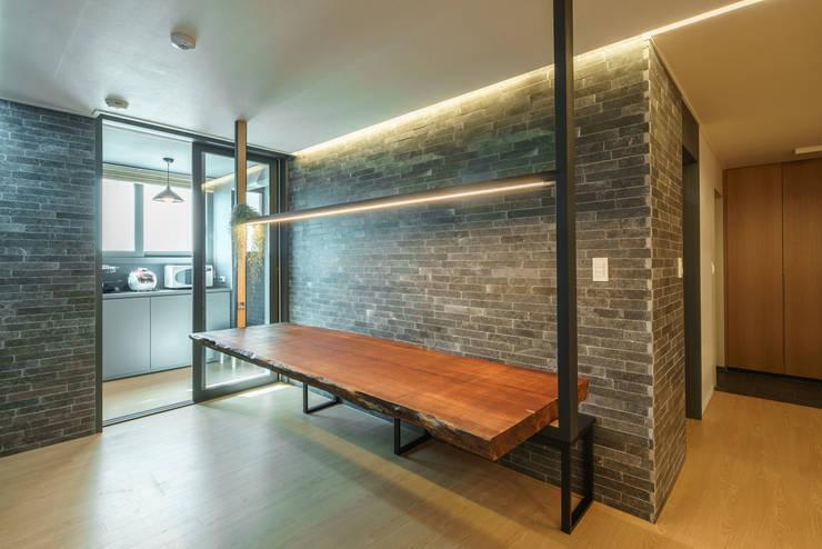 modern Dining room by ARA