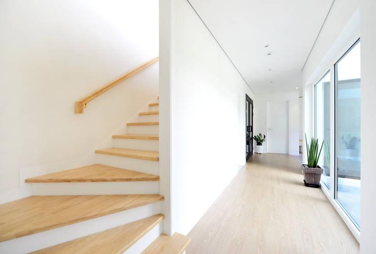 Corridor & hallway by 코원하우스