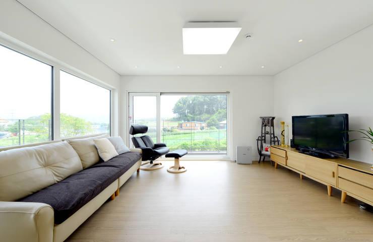 태안 방갈리 주택 : 코원하우스의  거실