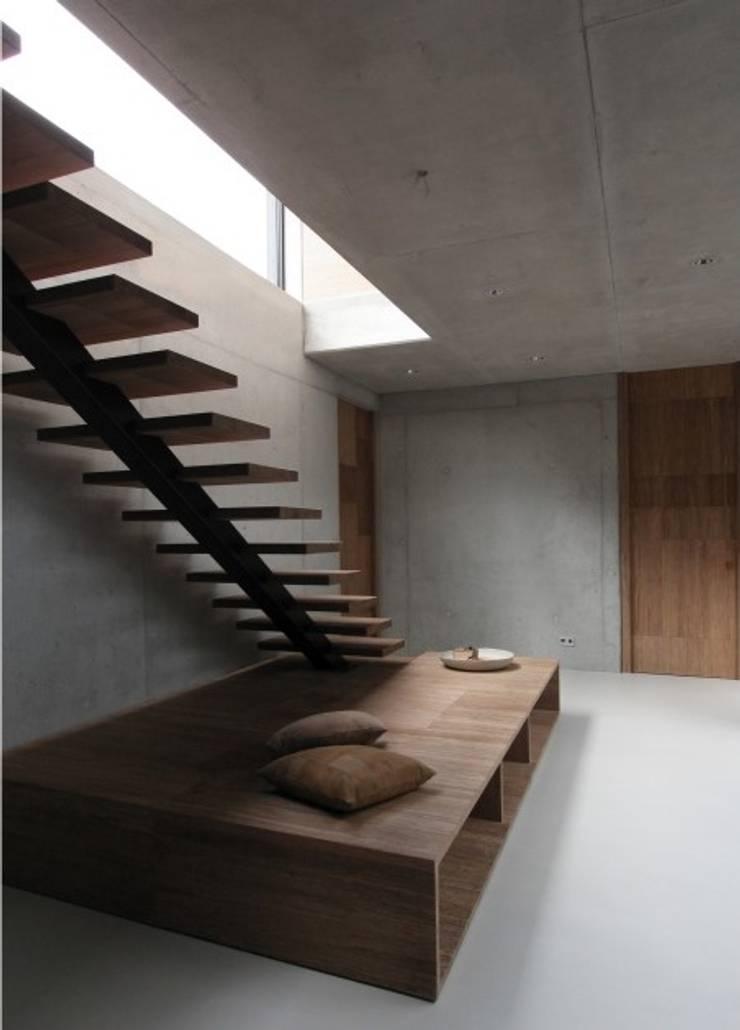 Villa N-H:  Gang, hal & trappenhuis door MULTIPL-X
