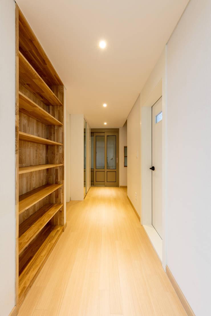 동행 건축 프로젝트: 동행건축의  복도 & 현관