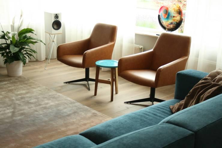 KIM fauteuil:  Woonkamer door Ien Interieurontwerp Advies Projectbegeleiding