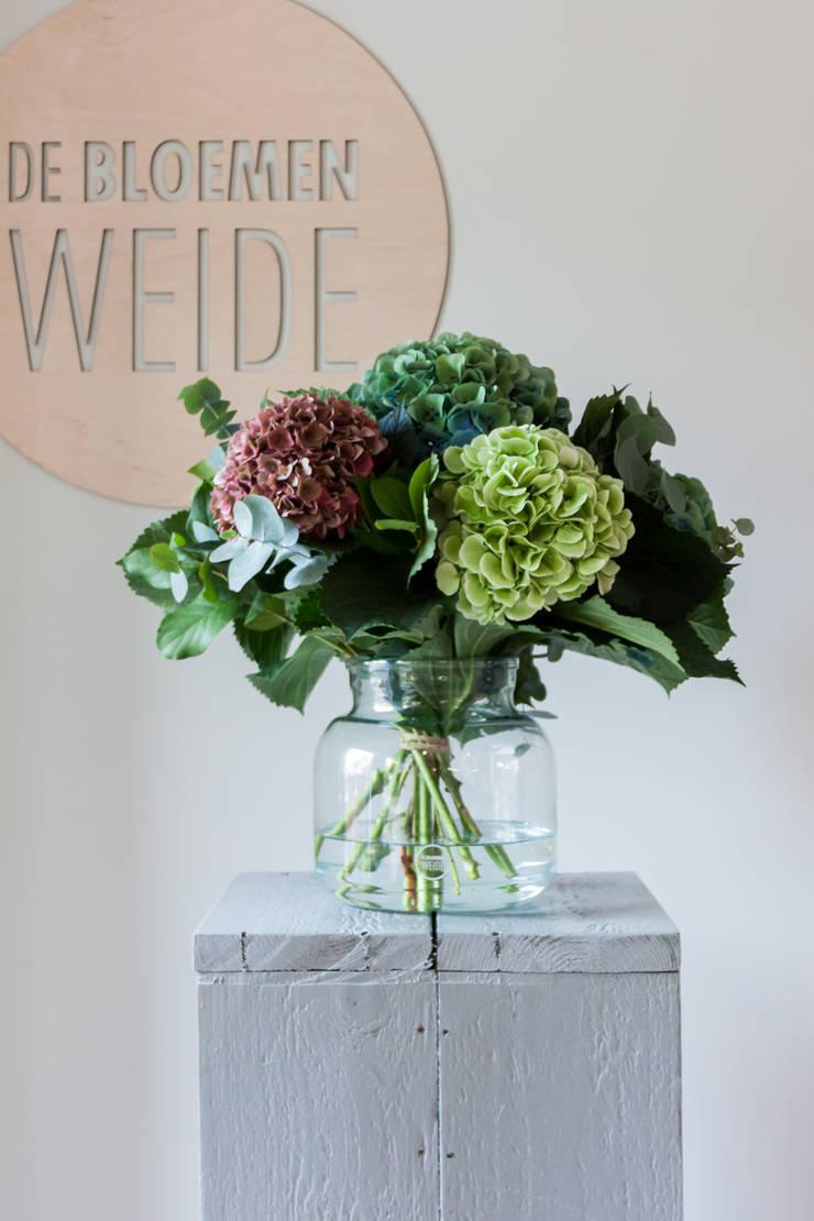 Herinrichting en nieuwe uitstraling voor De Bloemenweide in Haarlem:  Winkelruimten door Ien Interieurontwerp Advies Projectbegeleiding, Industrieel Beton