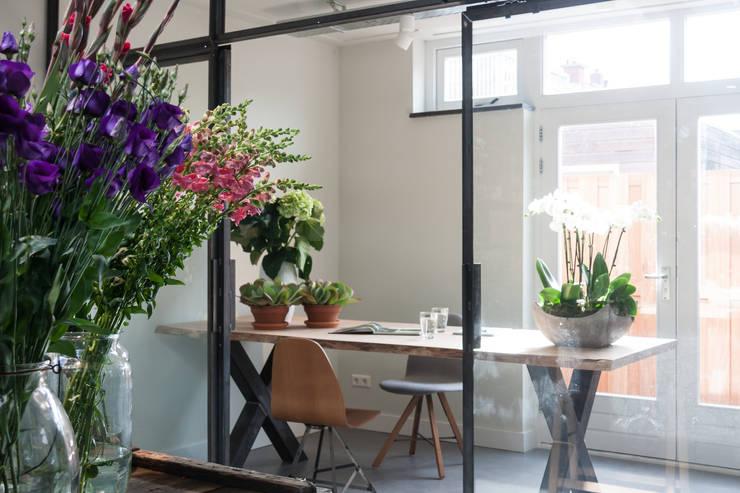 Herinrichting en nieuwe uitstraling voor De Bloemenweide in Haarlem:  Winkelruimten door Ien Interieurontwerp Advies Projectbegeleiding, Industrieel Metaal