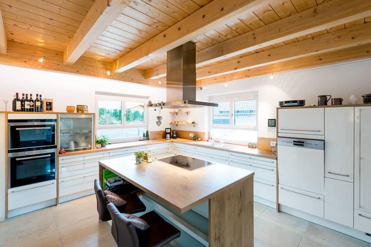 Projekty,  Kuchnia zaprojektowane przez RO-REI Holzhaus GmbH & Co.KG